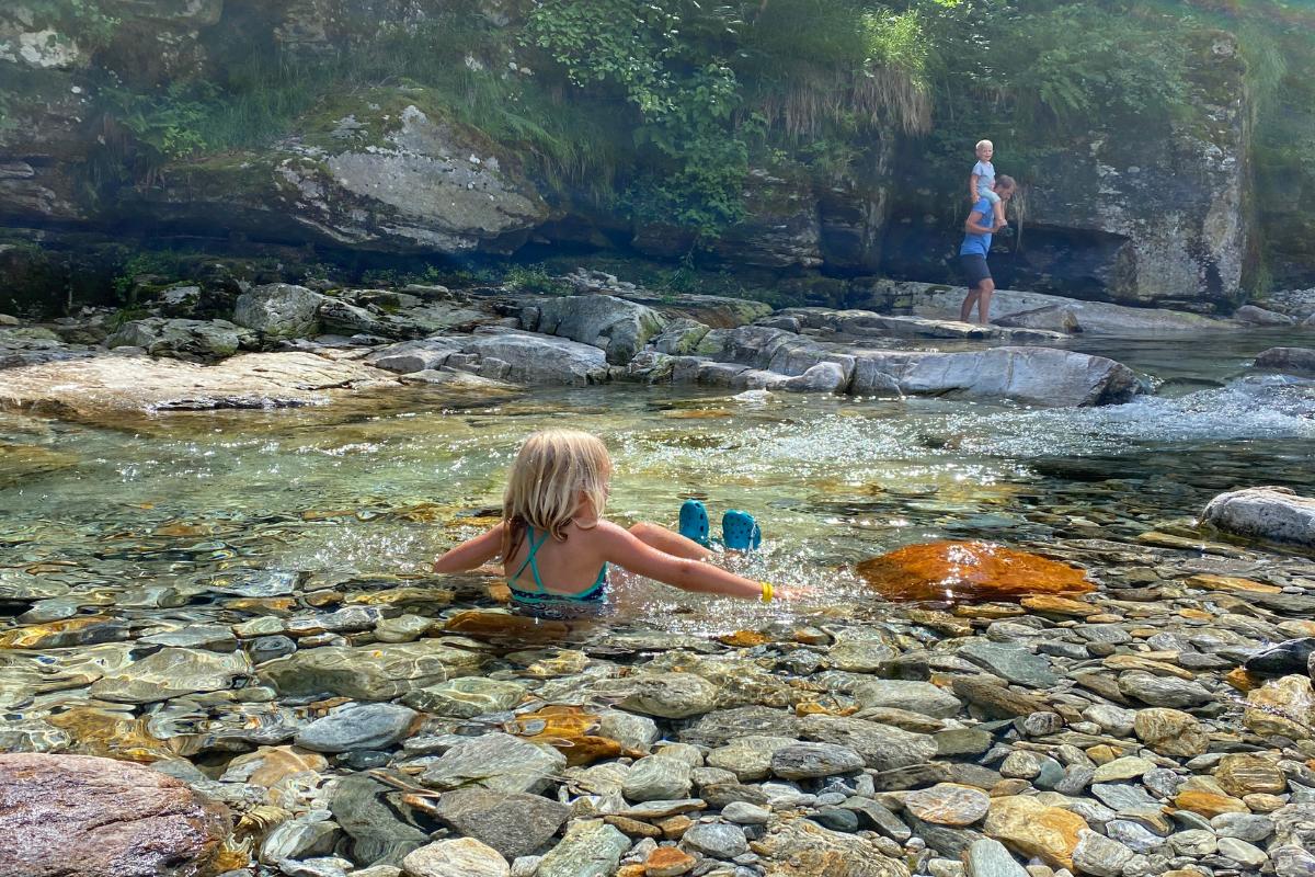 Meine Tochter nimmt ein Bad im Bergbach bei Sonogno.