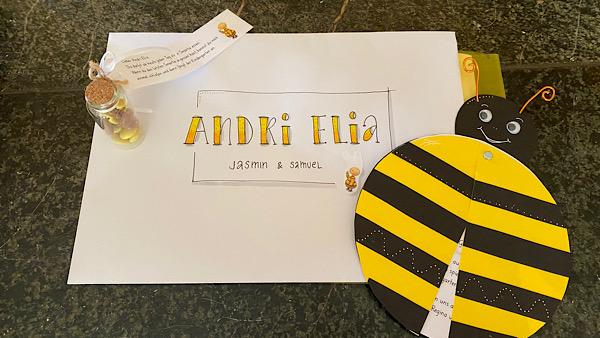 Ein Couvert schön beschriftet mit Andri Elia und ein gebastelter Käfer mit schwarz, gelben Streifen.
