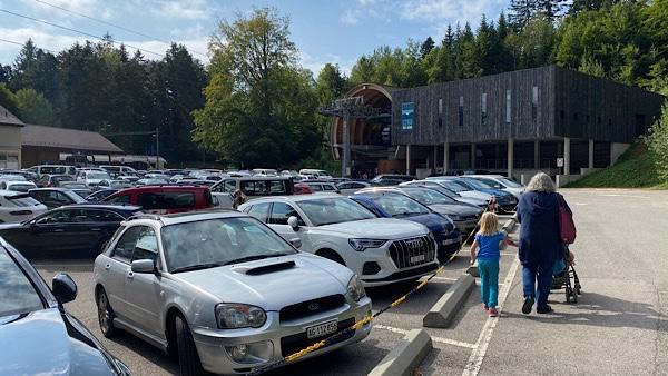Die neue, moderne Gondelstation in Oberdorf mit grossem Parkplatz.