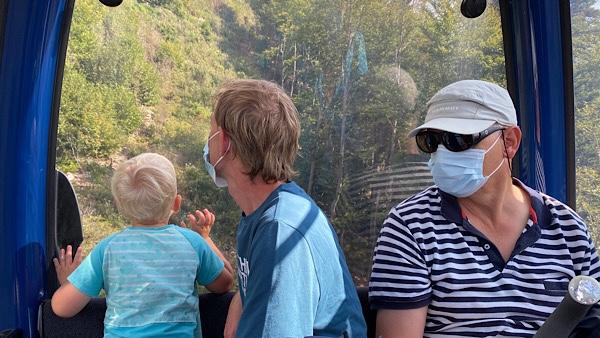 Grossvater, Vater und Sohn in der Gondel, Vater und Sohn schauen aus dem Fenster.