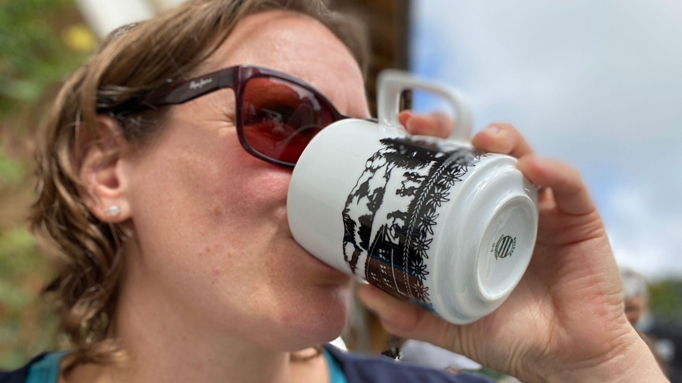 Jasmine Müller trinkt Kaffee.