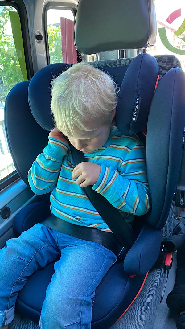 Mein Sohn im Autokindersitz.