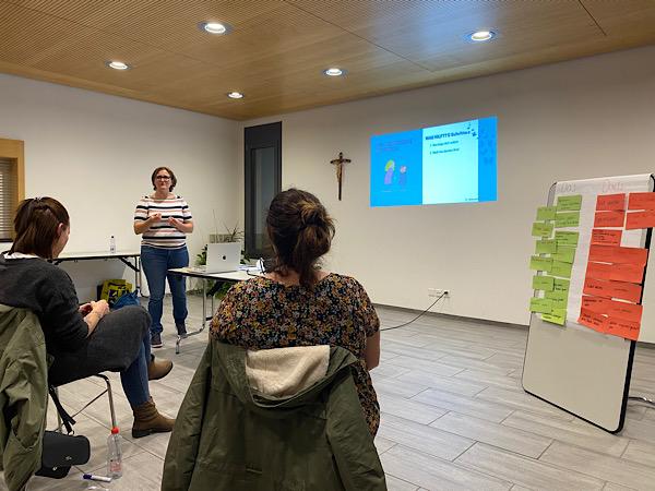 Jasmine Müller hält einen Vortrag über die Autonomiephase in Zizers.